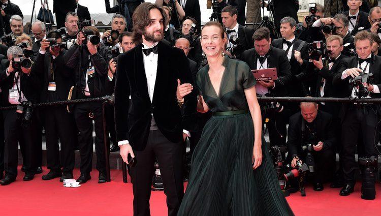Carole Bouquet con su hijo Dimitri Rassam