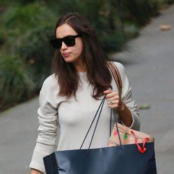 Irina Shayk tapando su barriguita con una bolsa de Ralph Lauren
