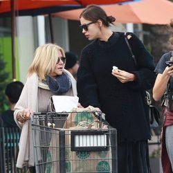 Irina Shayk comprando con la madre de Bradley Cooper en Los Angeles