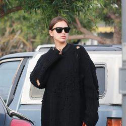Irina Shayk ocultando su embarazo con un look total black