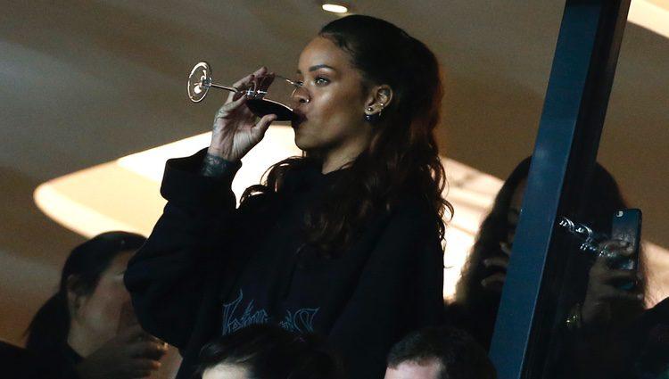 Rihanna tomándose una copa de vino en Francia