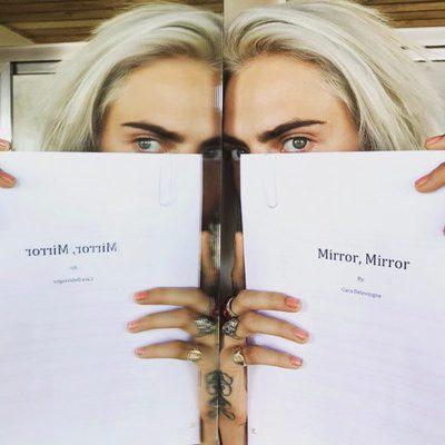 Cara Delevingne mostrando su nueva novela 'Mirrow, mirrow'