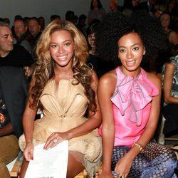 Beyoncé y Solange Knowles en un desfile de moda