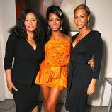 Solange y Beyoncé Knowles acompañadas de su madre