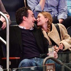 Mary-Kate Olsen y Olivier Sarkozy viendo un partido de la NBA