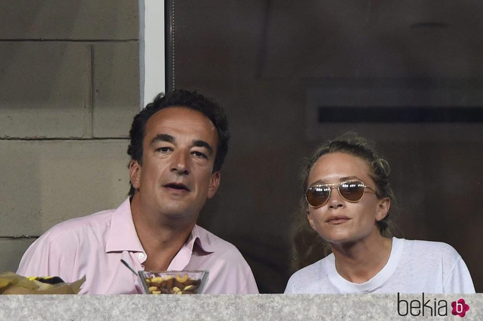 Olivier Sarkozy y Mary-Kate Olsen viendo un partido del US Open