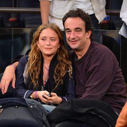 Mary-Kate Olsen con Olivier Sarkozy viendo el Dallas-Nueva York de la NBA