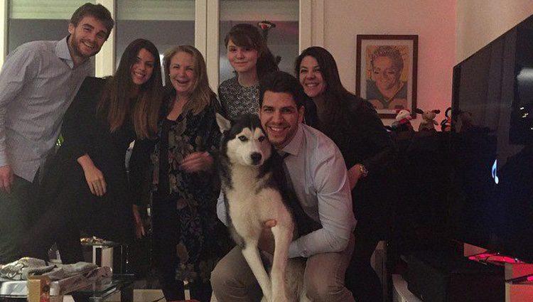 Laura, Lucía, Diego e Irene Matamoros celebrando la Navidad con su madre Mariam Flores y un amigo