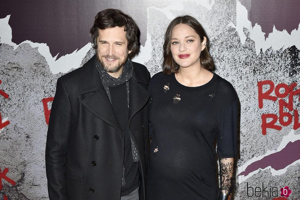 Marion Cotillard luciendo embarazo con Guillaume Canet en el estreno de 'Rock'N Roll' en París
