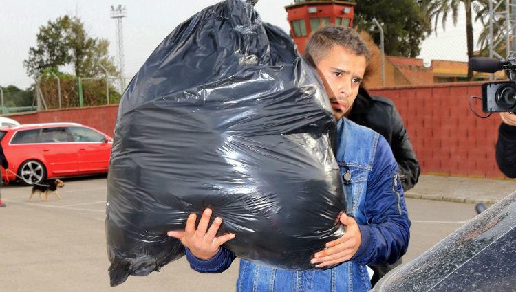 José Fernando Ortega saliendo con un macuto de prisión