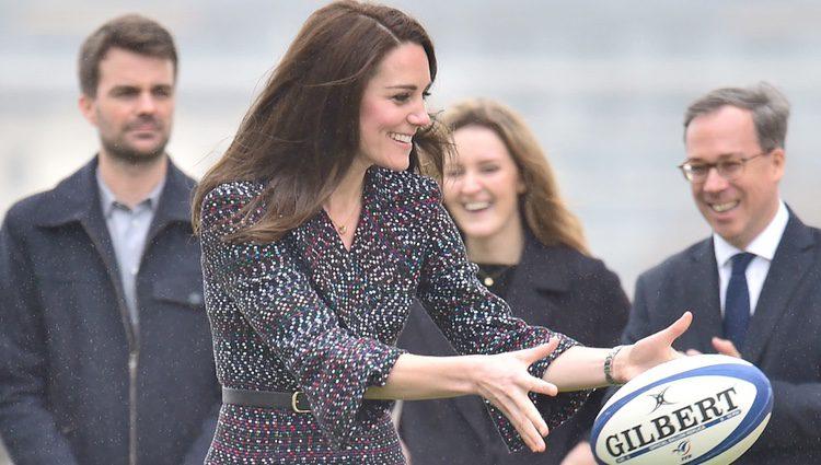 Kate Middleton jugando al rugby durante su visita a París
