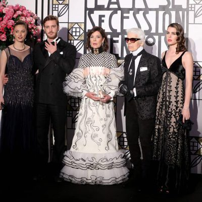 Beatrice Borromeo, Pierre Casiraghi, Carolina de Mónaco, Karl Lagerfeld y Carlota Casiraghi en el Baile de la Rosa