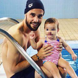 Mario Suárez junto a su hija Matilda el Día del Padre 2017