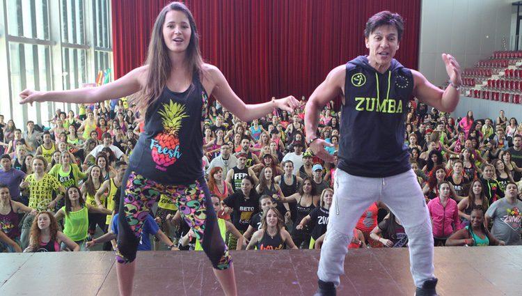 Malena Costa dándolo todo sobre el escenario en una masterclasss de Zumba