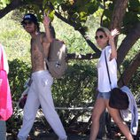 Adrián Roma y Ana Fernández saludan a los paparazzi en Miami