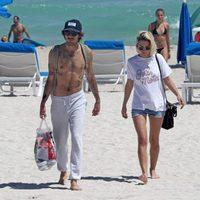 Ana Fernández y Adrián Roma en una playa de Miami