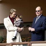 Alberto y Charlene de Mónaco con su hija Gabriella en el Torneo de Rugby de Santa Devota