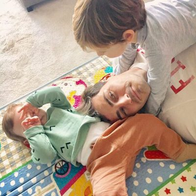 Iker Casillas jugando con sus hijos Martín y Lucas