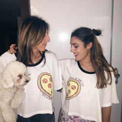 Ana Ferrer con su madre Paz Padilla y su perrito