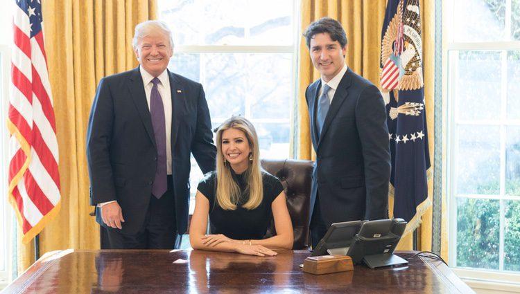 Ivanka Trump en el Despacho Oval junto a Donald Trump y Justin Trudeau