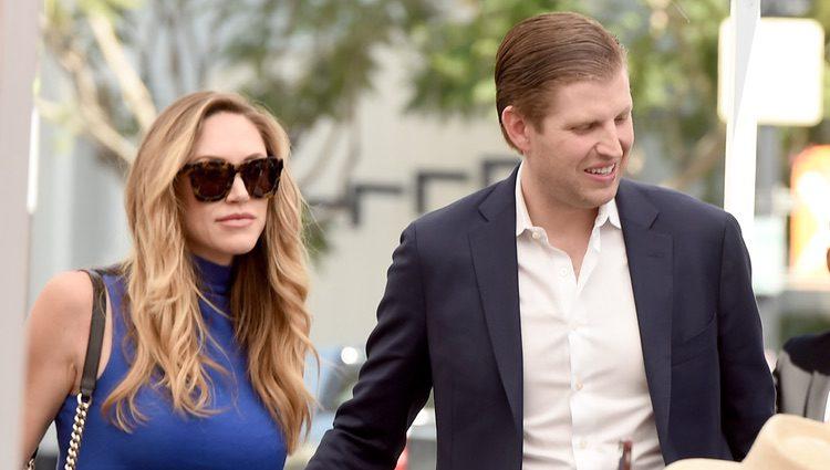 Eric Trump junto a su esposa
