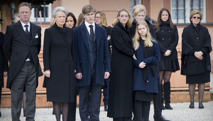 Benedicta de Dinamarca, el Príncipe Gustavo y las hijas Alexandra y Nathalie en el funeral de el Príncipe alemán Richard zu Sayn-Wittgenstein Berleburg