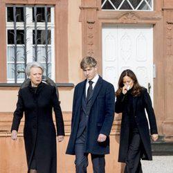 Benedicta de Dinamarca, el Conde Friedrich y Carina Axelsson en el funeral del Príncipe alemán Richard zu Sayn-Wittgenstein Berleburg