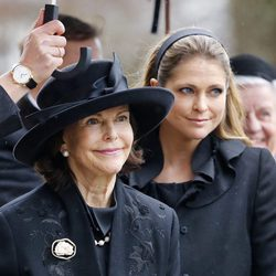 La Reina Silvia de Suecia y la Princesa Magdalena en el funeral del Príncipe alemán Richard zu Sayn-Wittgenstein Berleburg