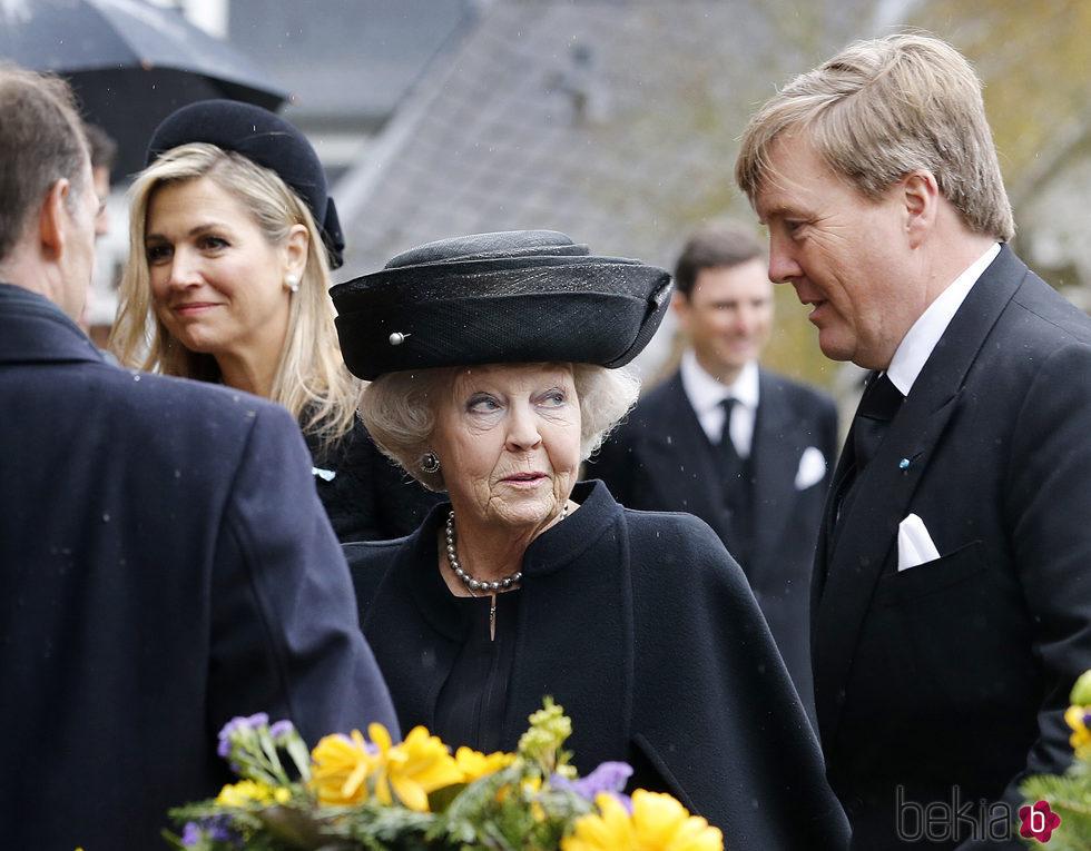 Beatriz de Holanda, la Reina Máxima de Holanda y el Rey Guillermo Alejandro de Holanda en el funeral del Príncipe alemán Richard zu Sayn-Wittgenstein Berle