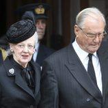 La Reina Margarita de Dinamarca y Enrique de Dinamarca en el funeral del Príncipe alemán Richard zu Sayn-Wittgenstein Berleburg
