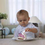 Oscar de Suecia comiendo tarta en su primer cumpleaños