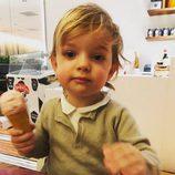 Nicolás de Suecia con un helado
