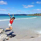 Kayoko Everhart saltando en la playa