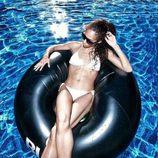 Kayoko Everhart posando en bikini en la piscina