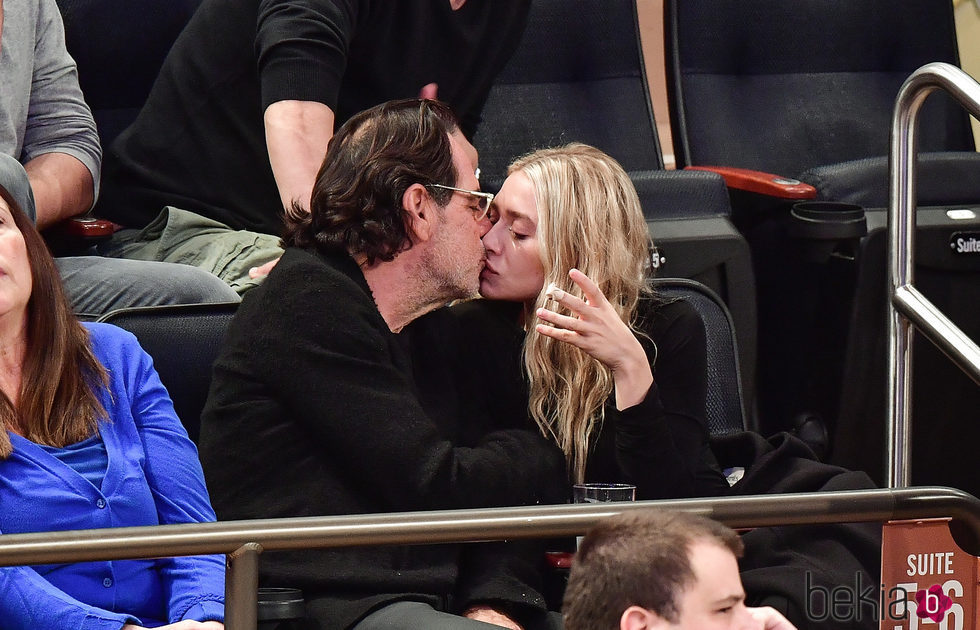 Ashley Olsen y Richard Sachs besándose durante un partido de la NBA