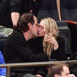 Ashley Olsen y Richard Sachs besándose durante un partido de la NBA
