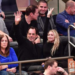 Ashley Olsen y Richard Sachs saludando en el partido New York-Brooklyn