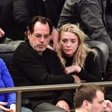 Ashley Olsen junto a su novio Richard Sachs viendo un partido de baloncesto
