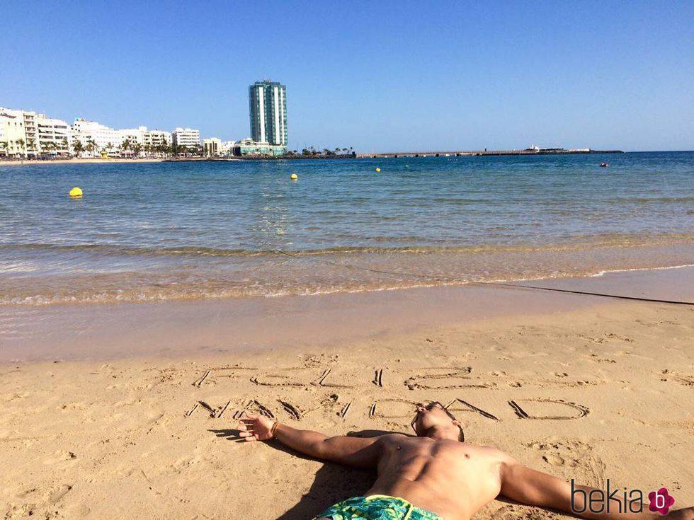 El tronista ('MYHYV) Yera Fontes en la playa