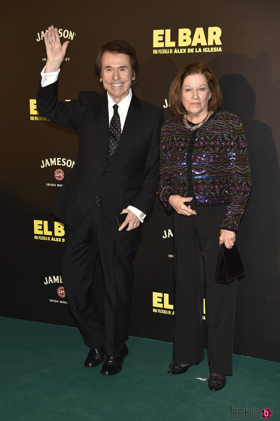 Raphael y Natalia Figueroa en la presentación de la película 'El Bar' en los cines Callao de Madrid