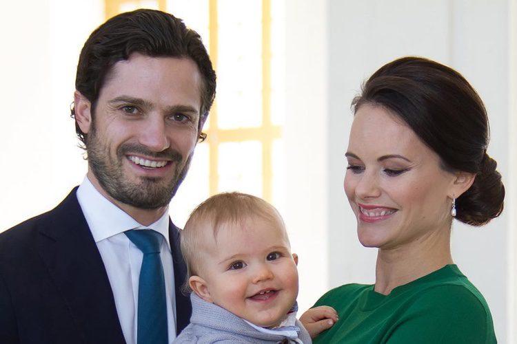 Carlos Felipe de Suecia y Sofia Hellqvist posan con su hijo Alejandro para anunciar que esperan otro bebé