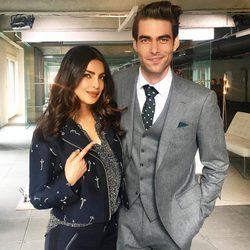Priyanka Chopra y Jon Kortajarena posando en el set de rodaje de segunda temporada de 'Quantico'