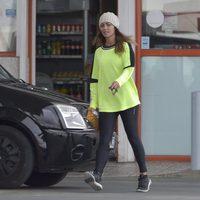 Lara Álvarez en una gasolinera