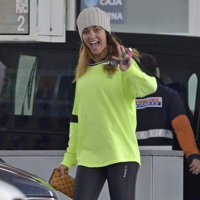 Lara Álvarez sonríe a los paparazzi en una gasolinera