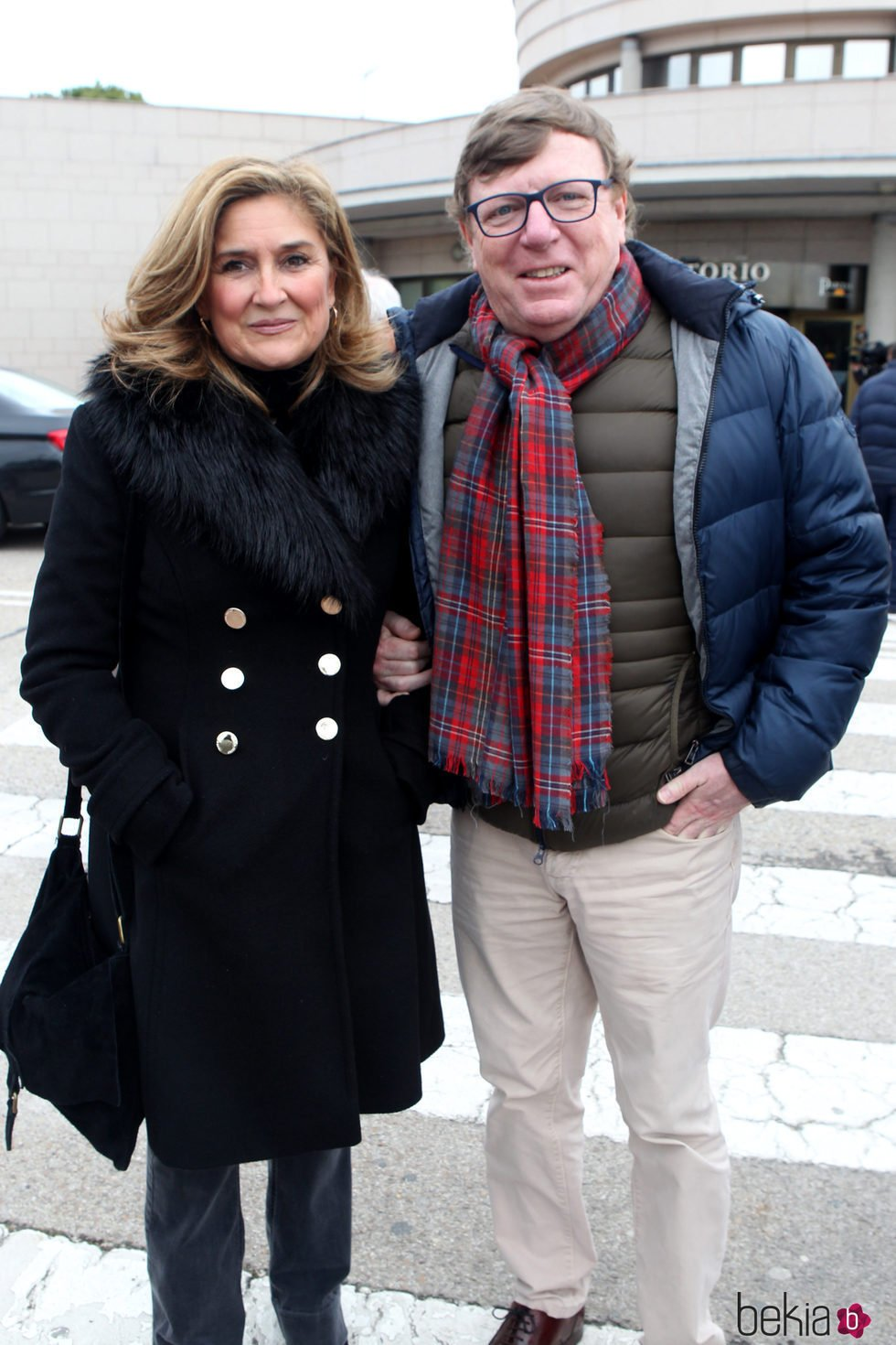 César Cadaval y su mujer en la capilla ardiente de Paloma Gómez Borrero