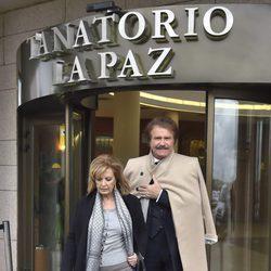 María Teresa Campos y Bigote Arrocet en la capilla ardiente de Paloma Gómez Borrero