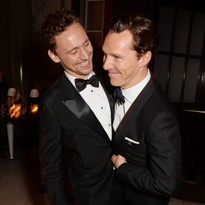 Tom Hiddleston y Benedict Cumberbatch bromeando