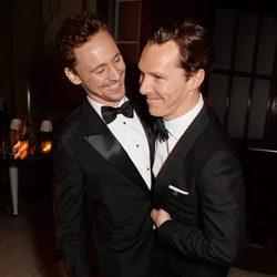 Tom Hiddleston y Benedict Cumberbatch bromeando