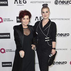 Sharon Easy y Kelly Osbourne en la fiesta del 70 cumpleaños de Elton John