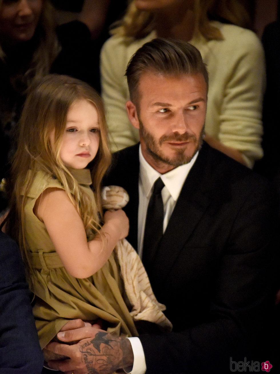 David Beckham junto a su hija Harper en el desfile de Burberry
